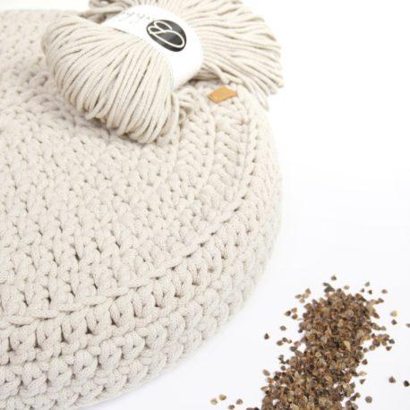 Poduszka inspirowana jogą. Kolor beżowy.