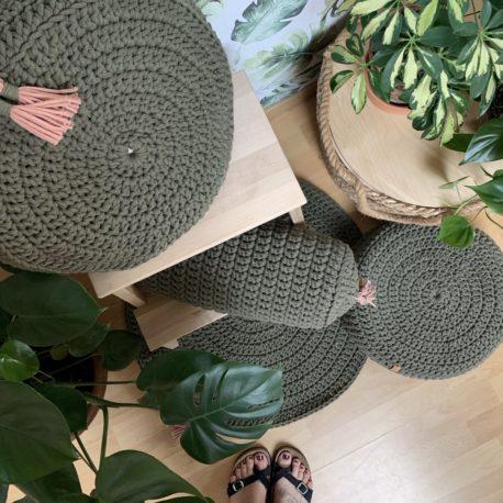 Zestaw poduszka, wałek i puf i dywan. Wypełnienie ekologiczna łuska gryki. Kolor oliwkowy.