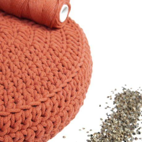 Poduszka inspirowana jogą. Kolor palona pomarańcza.