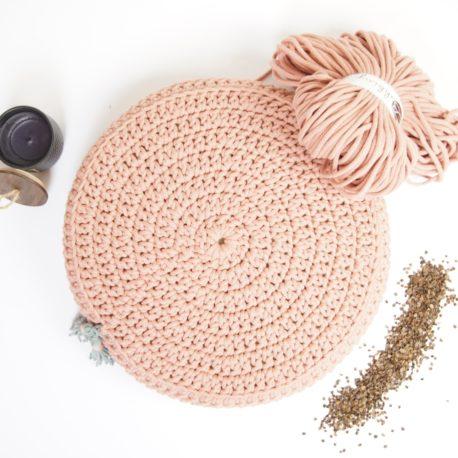 Poduszka inspirowana jogą. Kolor różowe złoto.