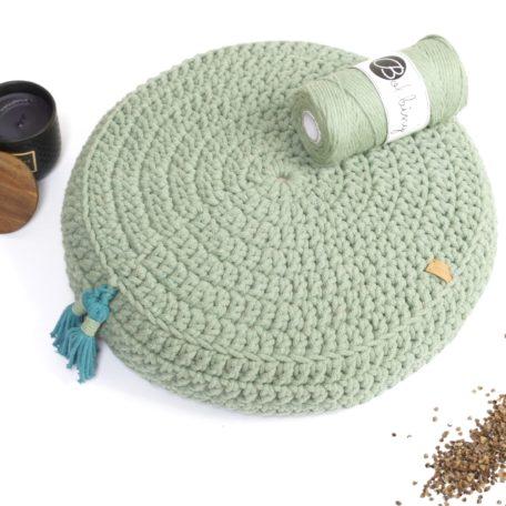 Szydełkowana poduszka do medytacji ze sznurka bawełnianego wypełniona łuską gryki.