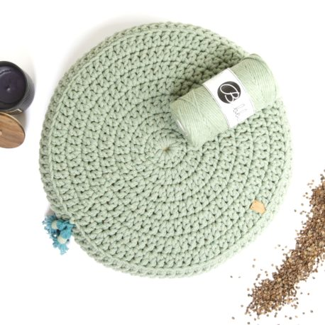 Poduszka inspirowana jogą. Kolor szałwiowy.
