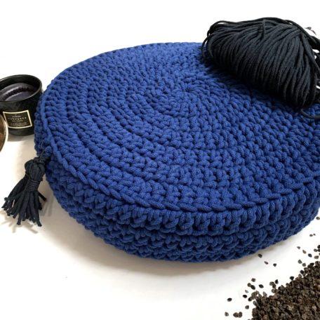 Poduszka inspirowana jogą. Kolor classic blue.